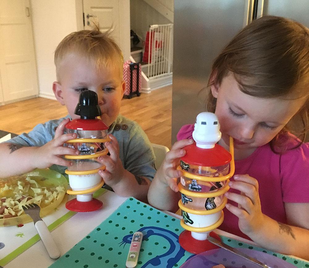 Kidsen dricker ur sina Star Wars-muggar